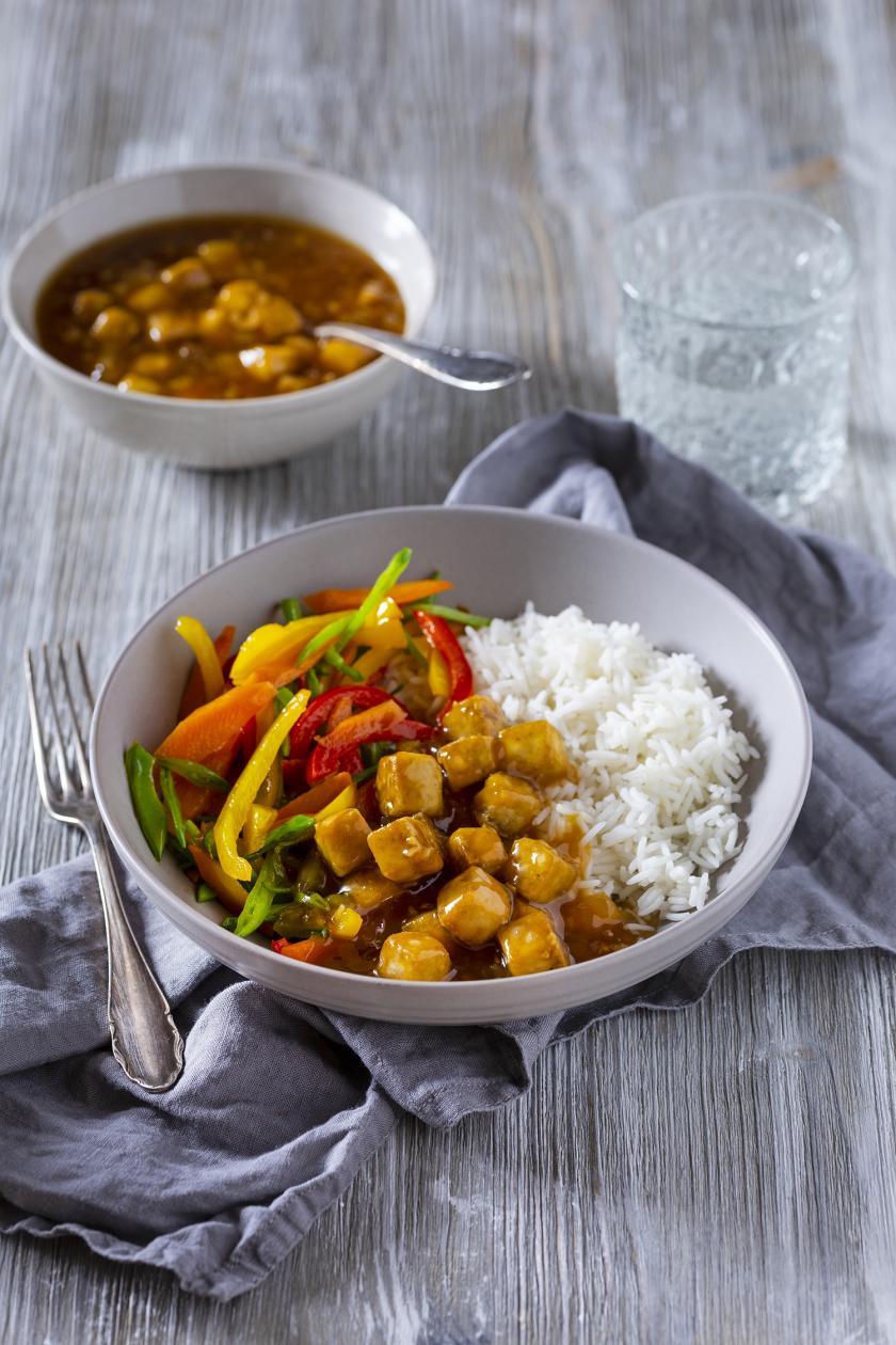 Tofu Teriyaki mit Reis und Gemüse in einem Teller angerichtet.