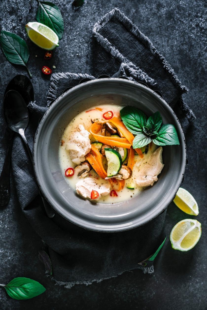 Kokossuppe mit Hühnchen in einer Schüssel.