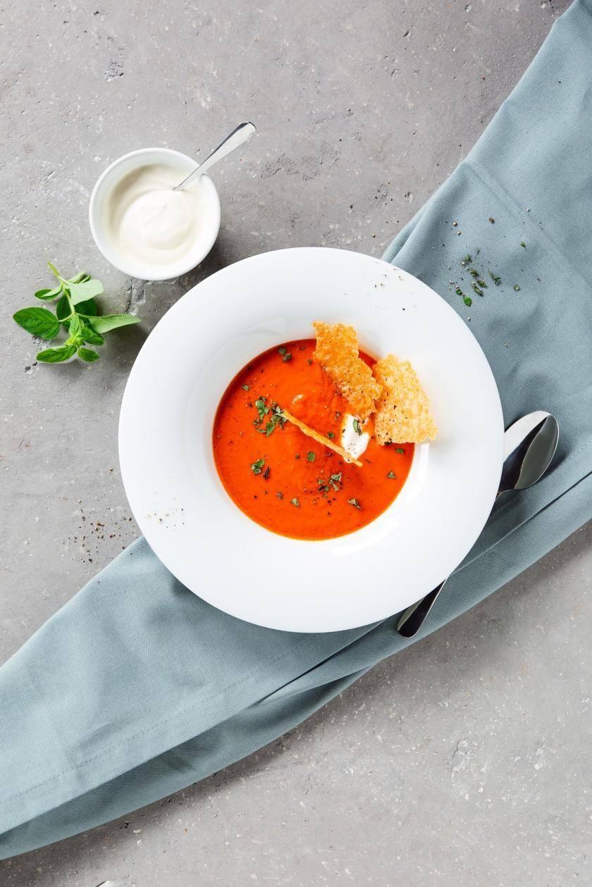 Tomaten-Paprika-Suppe in weißem Teller.