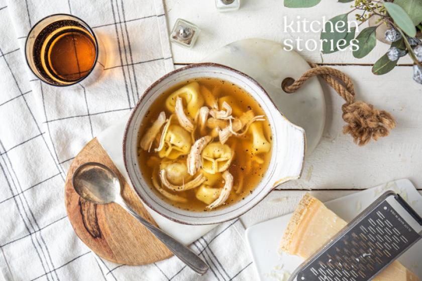 Tortellini-Hühner-Suppe in einer Suppenschale.