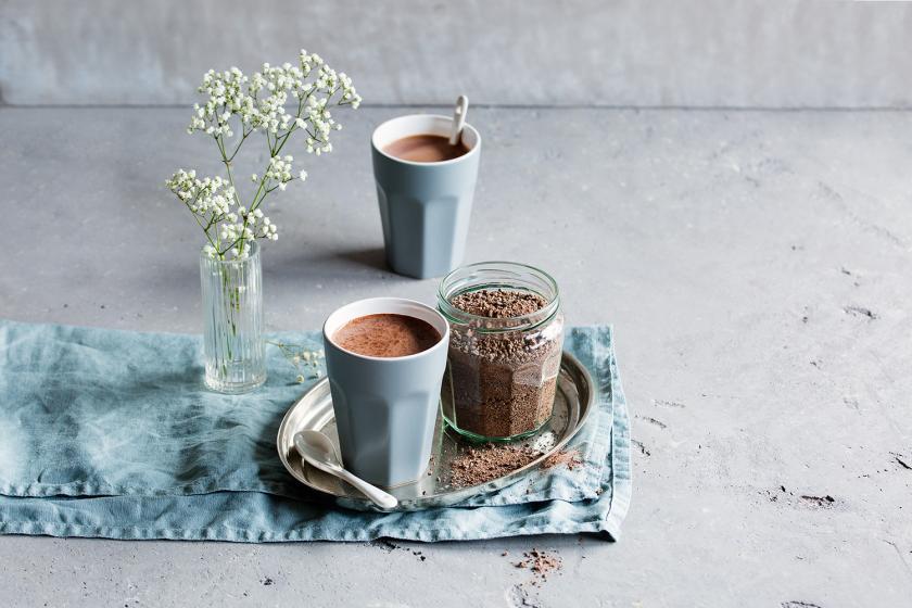 Trinkschokoladen-Pulver als heiße Schokolade in einem Becher.
