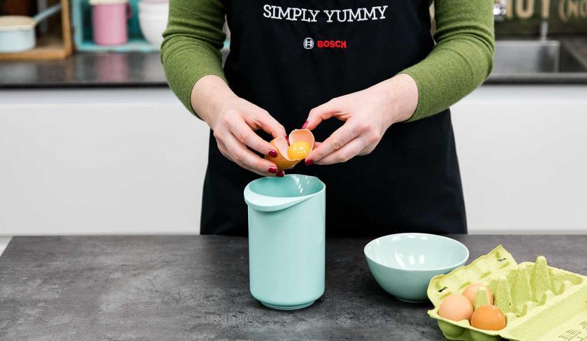 Für den Teig der Upside Down Low Carb Muffins werden Eier getrennt und in eine Rührschüssel gegeben.