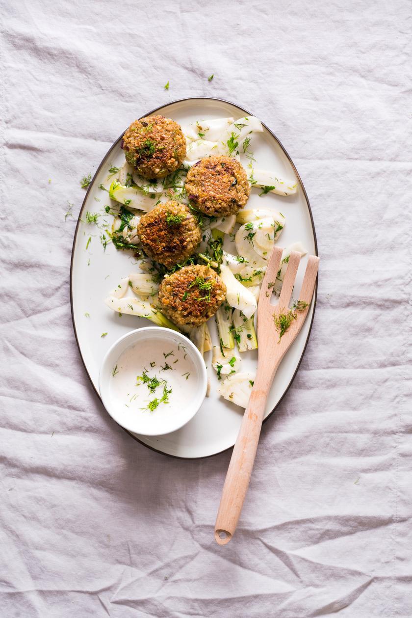 Tofubällchen auf einem Teller mit Dip angerichtet.