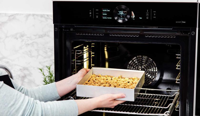 Der vegane Pflaumenkuchen wird in den Ofen gegeben.