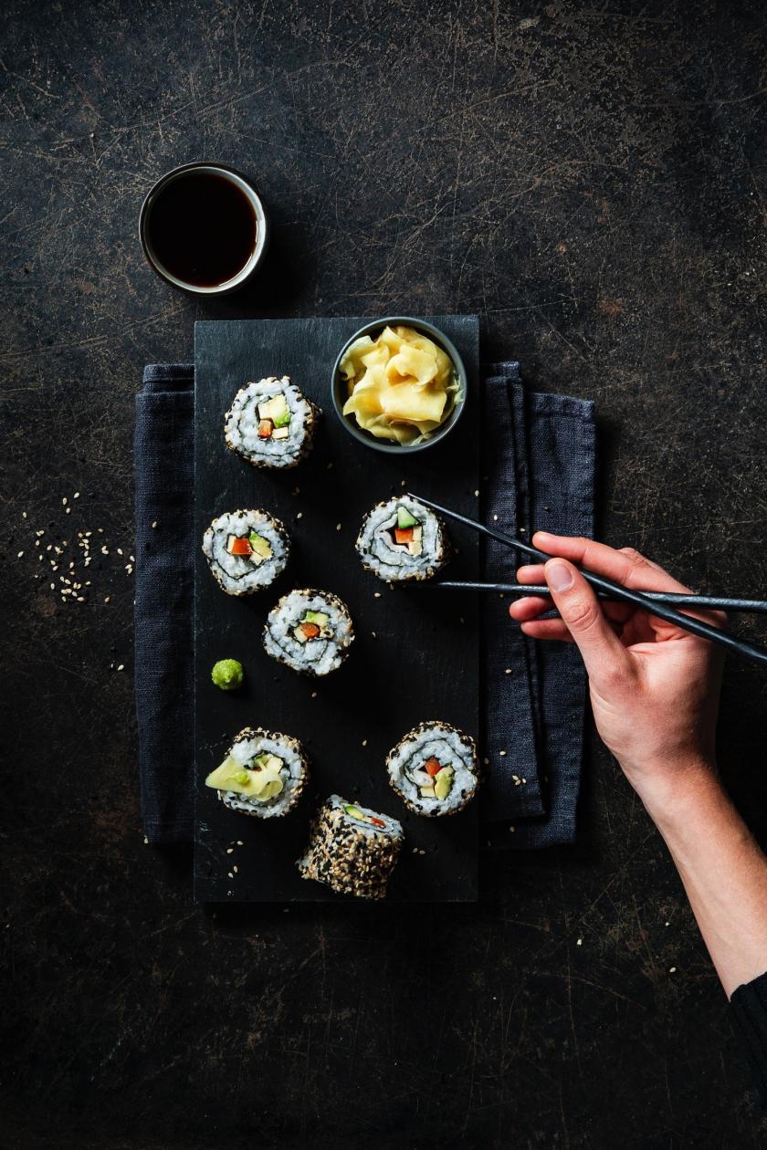Sushi auf einer Platte mit Sojasauce.