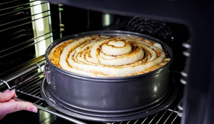 Die Zimtrolle wird in den Ofen gegeben.