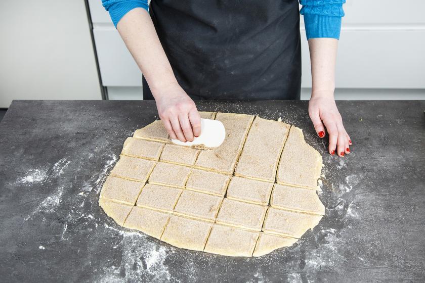 Der Teig für das Zupfbrot wird in kleine Quadrate geschnitten.