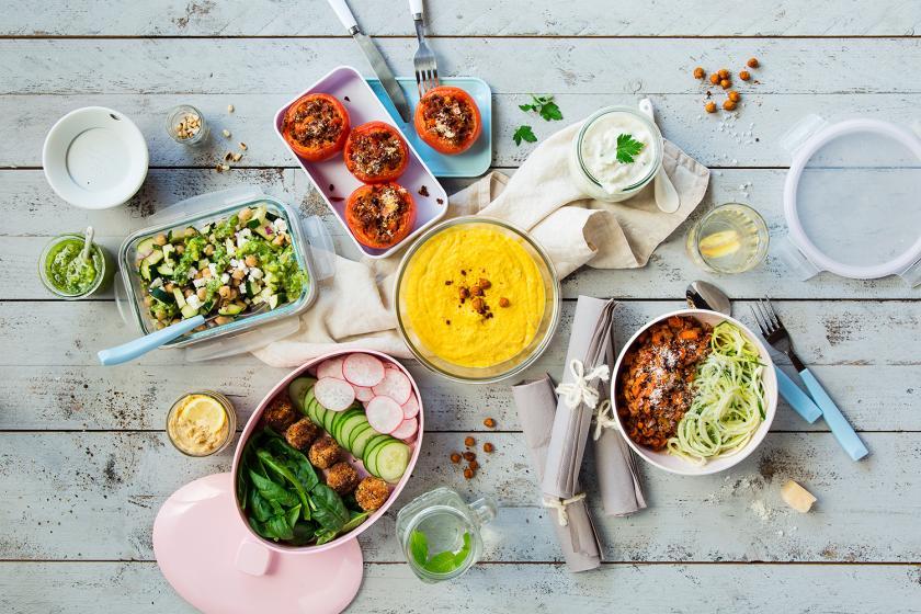 Meal Prepping Gerichte verteilt auf einem Tisch angerichtet.