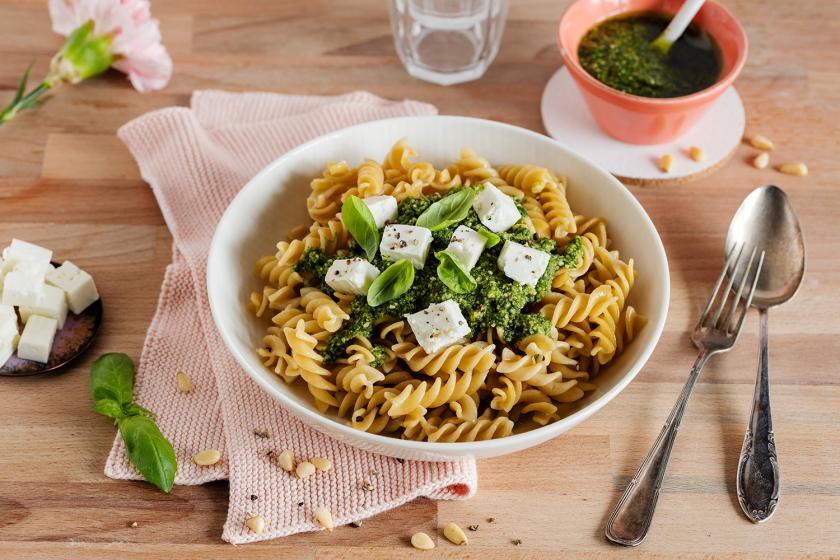 Für Meal Prepping Nudel mit Pesto und Feta auf einem Teller angerichtet.