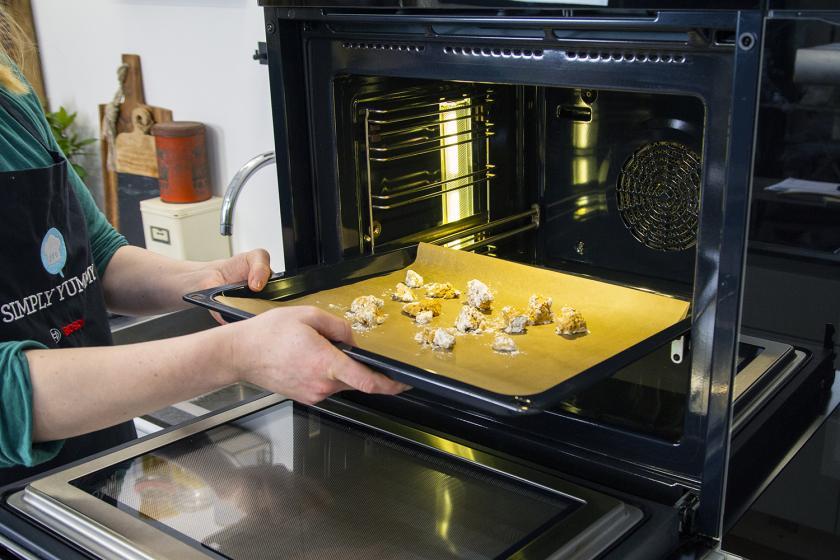 Tofu wird in den Ofen geschoben.