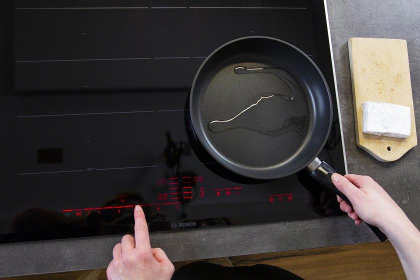 Eine Pfanne mit Öl wird erhitzt.