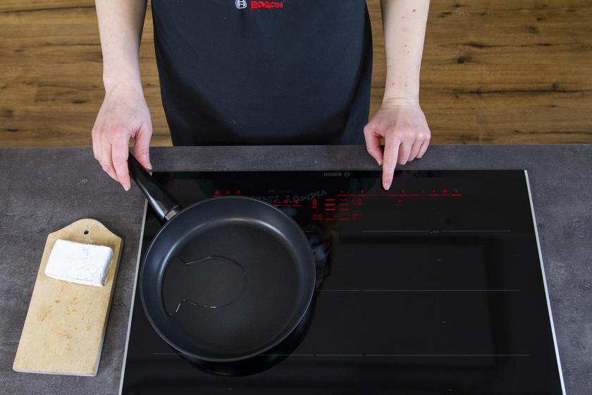 Eine Pfanne mit Öl zum Braten von Tofu wird erhitzt.