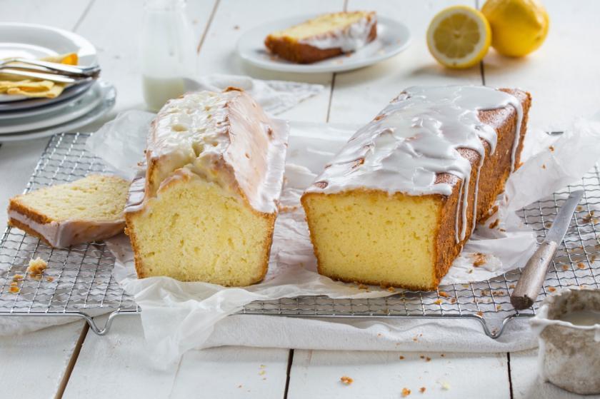 Zwei angeschnittene Zitronenkuchen mit Glasur.