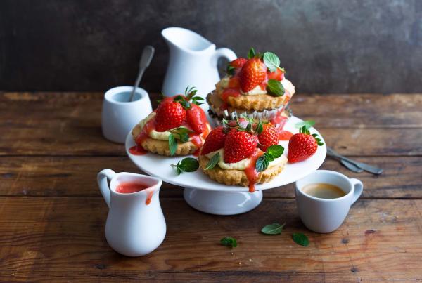 Kleine Mandel-Erdbeer-Törtchen