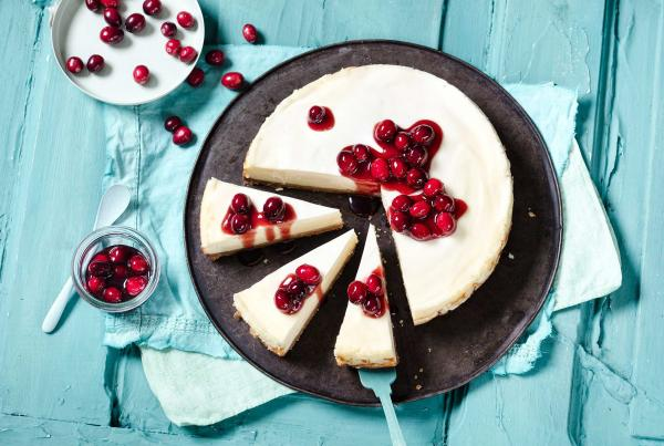 Original New York Cheesecake mit Cranberrysoße