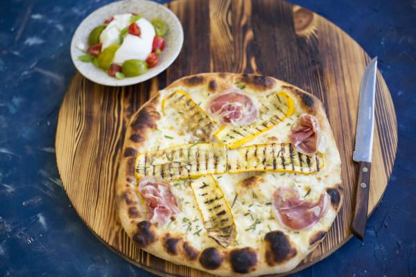 Pizza Bianca mit Pancetta, Zucchini und Büffelmozzarella