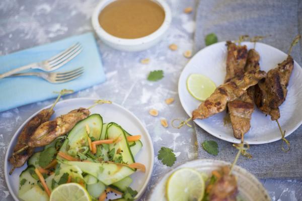 Hähnchenspieße mit Thai-Gurkensalat