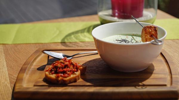 Kalte Gurkensuppe mit gebratenem Lachsforellen-Spieß